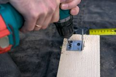Projeto das brocas do homem pela ferramenta Placa de madeira, madeira imagem de stock