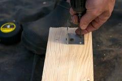 Projeto das brocas do homem pela ferramenta Placa de madeira, madeira foto de stock