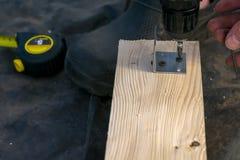 Projeto das brocas do homem pela ferramenta Placa de madeira, madeira imagem de stock royalty free