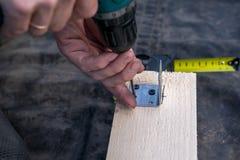 Projeto das brocas do homem pela ferramenta Placa de madeira, madeira imagens de stock royalty free