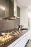 Projeto de aço da cozinha com fogão fotografia de stock royalty free