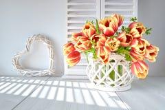 Projeto de cartão da primavera com grupo de tulipas e do spr vermelhos imagens de stock