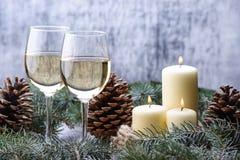 Projeto de cartão do ano novo com dois vidro-vinho, velas e Natal Imagens de Stock Royalty Free