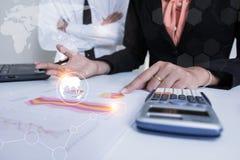 Projeto de consulta da reunião da equipe do negócio acionista profissional que trabalha e que aplana o projeto Negócio e finança  fotografia de stock