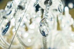 Projeto de detalhe e iluminação interior - lâmpada do metal branco sob a forma dos castiçal e das velas fotos de stock