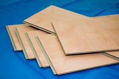 Projeto de DIY: pranchas estratificadas do assoalho (não utilizadas e corte) fotografia de stock royalty free