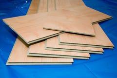 Projeto de DIY: pranchas estratificadas do assoalho (não utilizadas e corte) fotografia de stock
