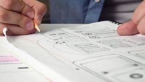 Projeto de esboço do colaborador móvel do app de um app novo em seu caderno filme