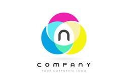 Projeto de letra circular colorido de N com cores do arco-íris ilustração royalty free