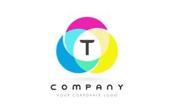 Projeto de letra circular colorido de T com cores do arco-íris ilustração royalty free