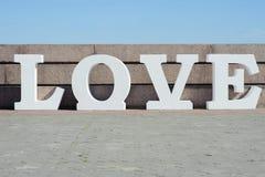 Projeto de letras branco volumétrico moderno no amor que caracteriza a tipografia 3d Foto de Stock Royalty Free