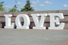 Projeto de letras branco volumétrico moderno no amor que caracteriza a tipografia 3d Fotografia de Stock Royalty Free