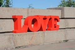 Projeto de letras vermelho volumétrico moderno no amor que caracteriza a tipografia 3d Foto de Stock