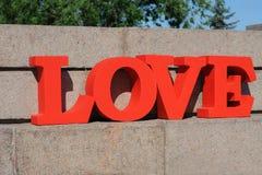 Projeto de letras vermelho volumétrico moderno no amor que caracteriza a tipografia 3d Imagem de Stock