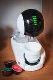 Projeto de máquina moderno do café da alto-tecnologia touchscreen xícara de café à moda foto de stock royalty free
