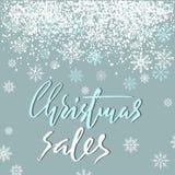 Projeto de rotulação do grunge das vendas do Natal no fundo azul com neve branca Cartão de rotulação do feriado Fotografia de Stock