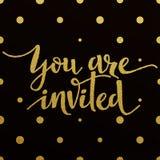 Projeto de rotulação do ouro para o cartão você é convidado Foto de Stock