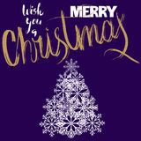 Projeto de rotulação escrito à mão do ouro do Feliz Natal Árvore do White Christmas dos flocos de neve no fundo azul Fotos de Stock