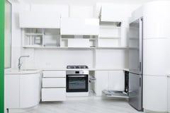 Projeto de uma cozinha clara nova nas cores pastel Os armários estão abertos fotos de stock