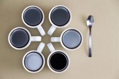 Projeto decorativo de canecas de café no bege Foto de Stock Royalty Free