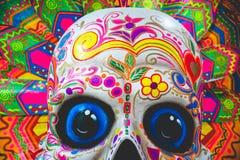 Projeto decorativo do crânio colorido indicado no aeroporto de Cebu imagens de stock royalty free