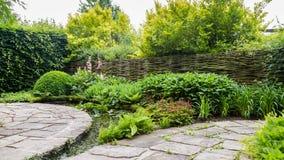 Projeto do jardim com elementos da água Imagens de Stock Royalty Free