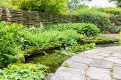 Projeto do jardim com elementos da água Fotos de Stock