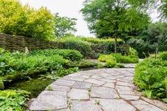 Projeto do jardim com elementos da água Imagens de Stock