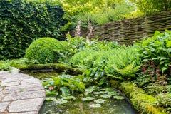 Projeto do jardim com elementos da água Foto de Stock Royalty Free