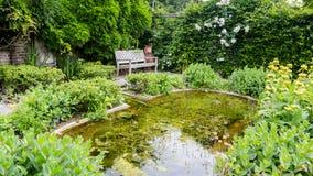 Projeto do jardim com elementos da água Foto de Stock