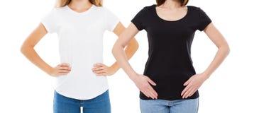 Projeto do t-shirt e conceito dos povos - fim acima da jovem mulher na placa da camisa branca e no t-shirt preto isolado fotos de stock