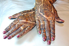 Projeto do tatuagem do Henna nas mãos Fotografia de Stock