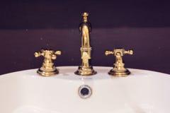Projeto do torneira e da bacia do ouro Fotos de Stock Royalty Free
