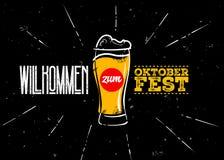 Projeto do vetor do festival de Oktoberfest Ilustração do vidro e da rotulação de cerveja do trigo Fotografia de Stock Royalty Free