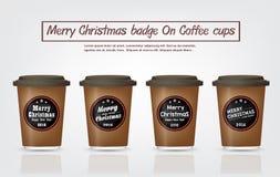Projeto dos crachás do Feliz Natal em copos de café Foto de Stock