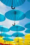 Projeto exterior e decoração da arte Flutuador dos guarda-chuvas no céu no dia ensolarado A instalação do projeto do céu do guard foto de stock royalty free