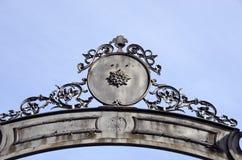 Projeto histórico dos ornamento do meta da porta do palácio fotografia de stock royalty free
