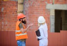 Projeto industrial de construção Discuta o projeto do progresso Conceito da indústria da construção civil  imagens de stock royalty free
