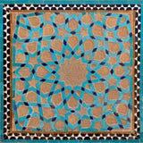 Projeto islâmico velho tradicional feito da argila de Brown e de telhas azuis em Yazd Imagem de Stock
