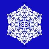 Projeto liso com os flocos de neve brancos abstratos isolados no fundo azul Mandala dos flocos de neve do vetor ilustração stock