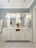 Projeto mediterrâneo do banheiro brilhante Imagem de Stock