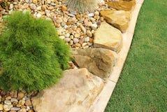Projeto moderno da baixo-manutenção do jardim da frente Fotos de Stock Royalty Free