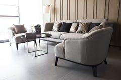 Projeto moderno da sala de visitas à moda com sofá e a lâmpada de madeira fotografia de stock