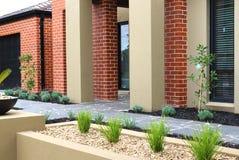 Projeto moderno do jardim da frente Fotografia de Stock