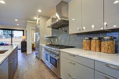 Projeto moderno lustroso da cozinha com uma ilha center longa imagem de stock royalty free