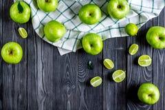 Projeto natural do alimento com zombaria escura da opinião superior do fundo da mesa das maçãs verdes acima Fotos de Stock Royalty Free