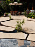 Projeto original do pátio, lajes de pedra sobre a água Fotos de Stock