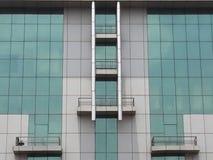Projeto simples da arquitetura de construir o céu estrutural da reflexão da grama e do aço Fotos de Stock Royalty Free