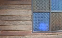 Projeto tailandês da parede do vidro e da madeira de janela fotos de stock