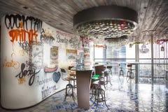 Projeto urbano no café na construção da torre da garça-real Fotografia de Stock Royalty Free